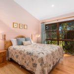 Queen bedroom couples retreat coffs harbour hinterland